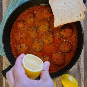 קציצות דגים ברוטב עגבניות עם פרוסות חלה
